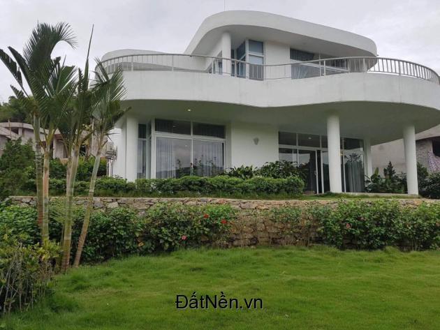 Căn biệt thự bám đồi tầng cao, đối diện bể bơi trên cao, gần ngay vườn hoa lớn và các tiện ích ở Lâm Sơn resort, giá chưa đến 3 tỉ. LH ngay hotline 0125.895.9038.