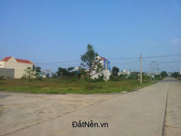 Vợ chồng kẹt tiền bán gấp lô đất 600m2 (20m x 30m) đất thổ cư, khu chợ, gần trường học, sát bên KCN Nhật – Hàn – Đài Loan, dân cư đông đúc.